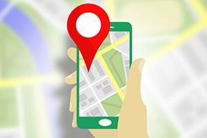 Hånd der holder en smartphone med GPS tracking