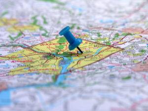 Et landkort med en nål i en bestemt destination