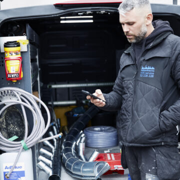 VVS'er der bruger Ordrestyrings app'en ved sin bil