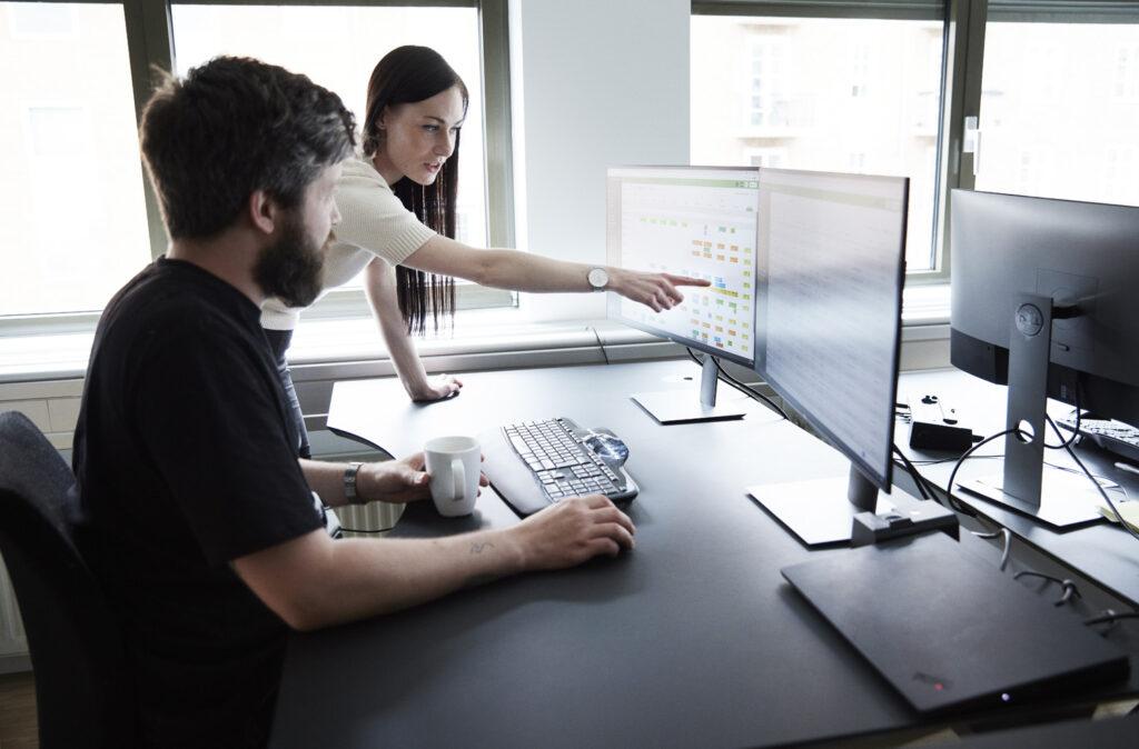 Marketingmedarbejderen, Kristina Seager, der peger på Ordretsyirngs dagsoversigt på en computerskærm